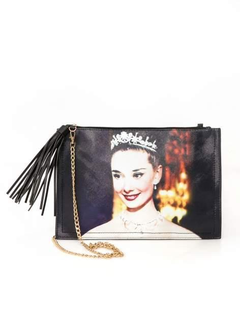 Czarna kopertówka z nadrukiem Audrey Hepburn, frędzlami i złotym łańcuszkiem