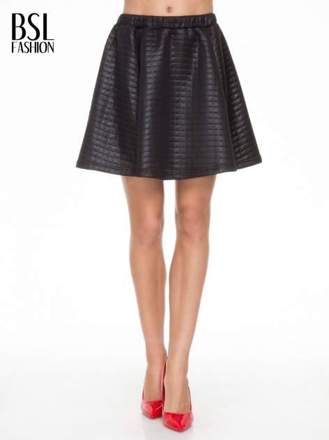 Czarna pikowana spódnica szyta z półkola
