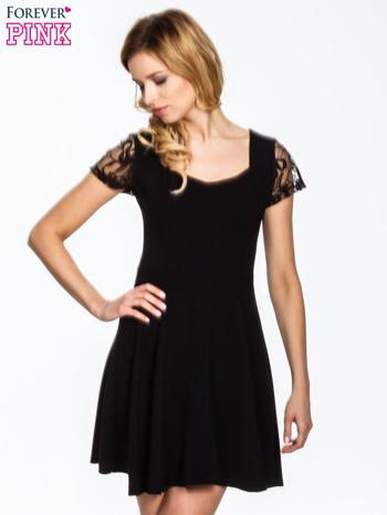 Czarna rozkloszowana sukienka z koronkowymi rękawami