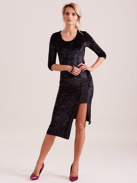 Czarna sukienka z welwetu z rozcięciem