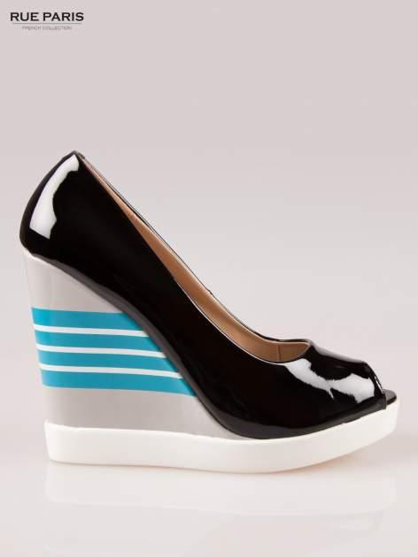 Czarne lakierowane buty peep toe na wzorzystym koturnie