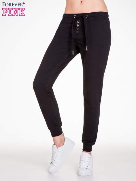 Czarne spodnie dresowe damskie z guziczkami
