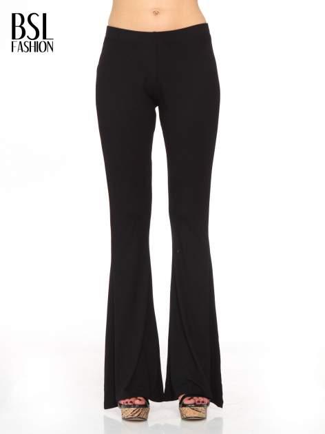 Czarne spodnie typu dzwony