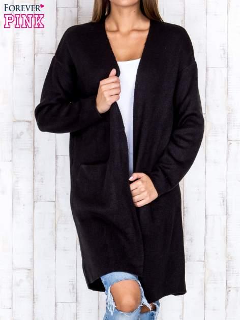 Czarny otwarty sweter z kieszeniami z przodu