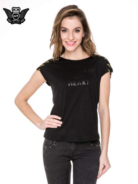 Czarny t-shirt z napisem UNCHAIN MY HEART i łańcuszkami