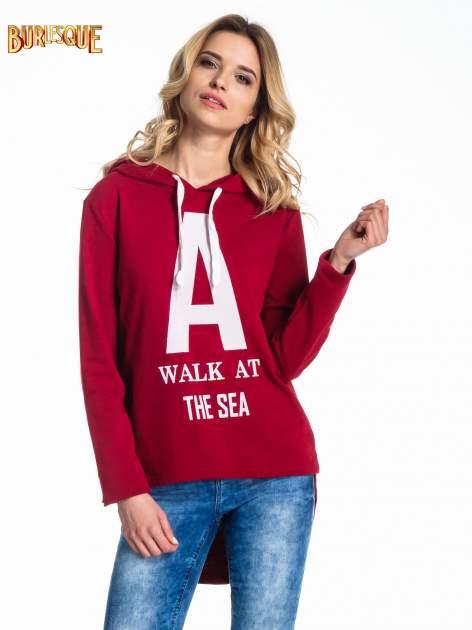 Czerwona bluza z kapturem i napisem A WALK AT THE SEA