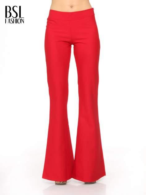 Czerwone spodnie typu dzwony