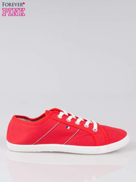 Czerwone trampki z kolorowymi przeszyciami