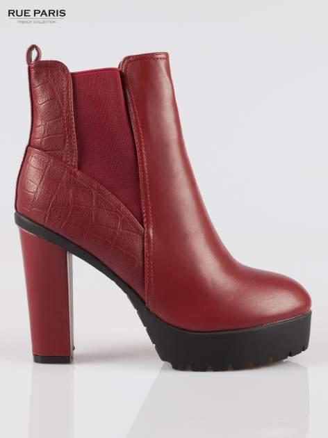 Czerwone wysokie botki na słupku i platformie