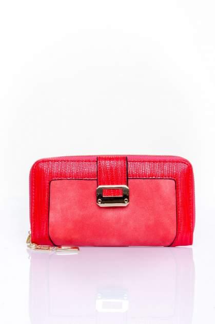 Czerwony portfel ze złotą klamerką