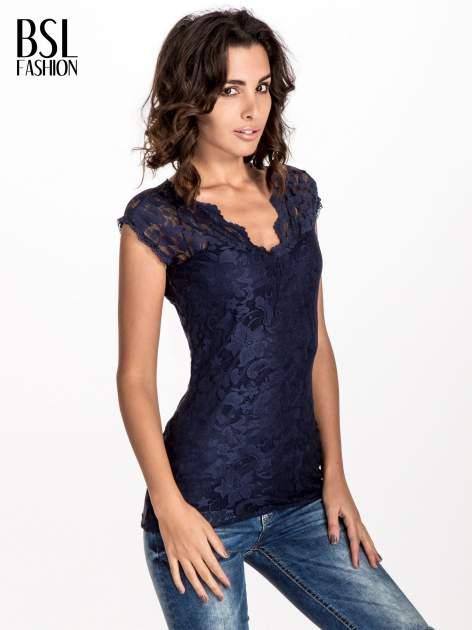 Granatowy koronkowy t-shirt z głębokim dekoltem
