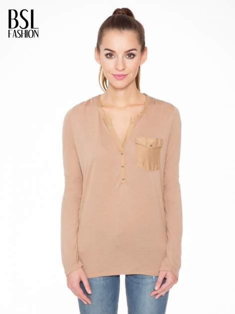 Jasnobrązowa bluzka z atłasowym obszyciem przy dekolcie i kieszonką