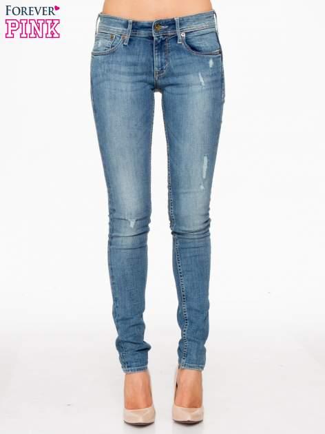 Jasnoniebieskie spodnie typu skinny jeans z przetarciami