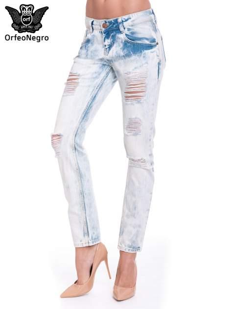 Jasnoniebieskie wycierane jeansowe rurki z dziurami