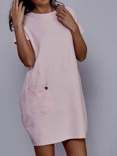 Jasnoróżowa sukienka dresowa o prostym kroju