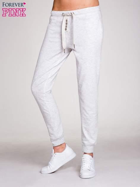 Jasnoszare spodnie dresowe damskie z guziczkami