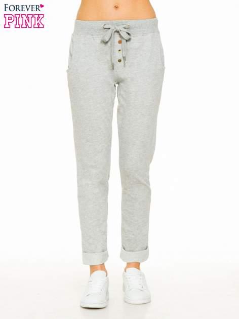 Jasnoszare spodnie dresowe z guzikami wiązane w pasie