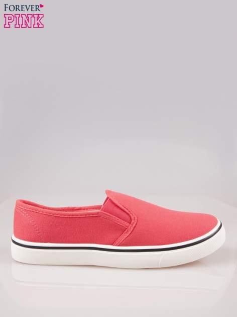Koralowe buty slip on na białej podeszwie