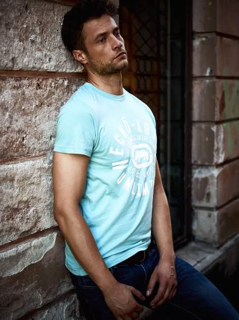 Miętowy t-shirt męski z białym logiem