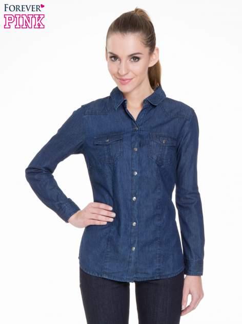 Niebieska koszula jeansowa z kieszeniami na guziki