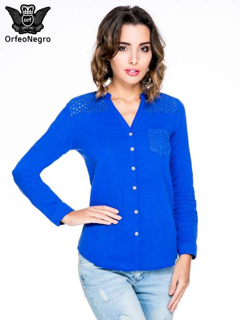 Niebieska koszula z ażurowaniem na górze i kieszonką