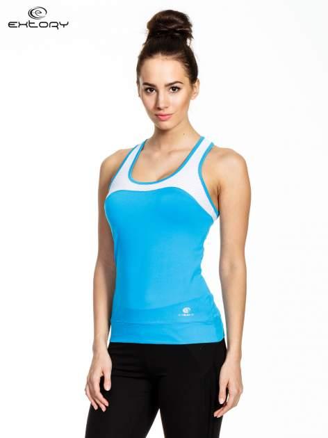 Niebieski top sportowy z siateczką i skrzyżowanymi ramiączkami