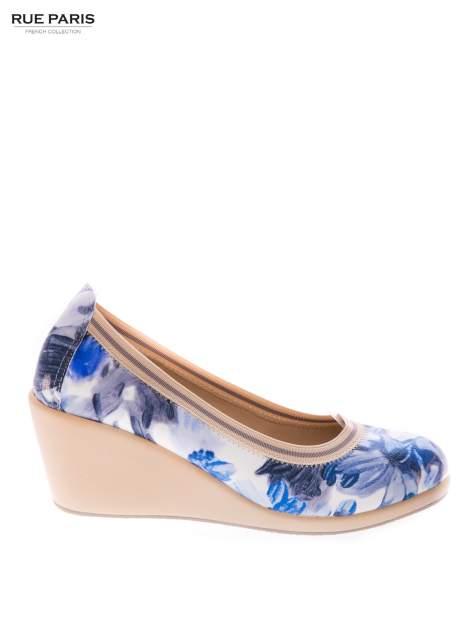Niebieskie buty w kwiatowy wzór na gumowym koturnie