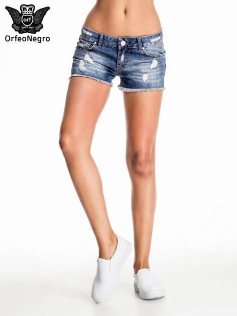 Niebieskie jeansowe szorty z postrzępioną nogawką