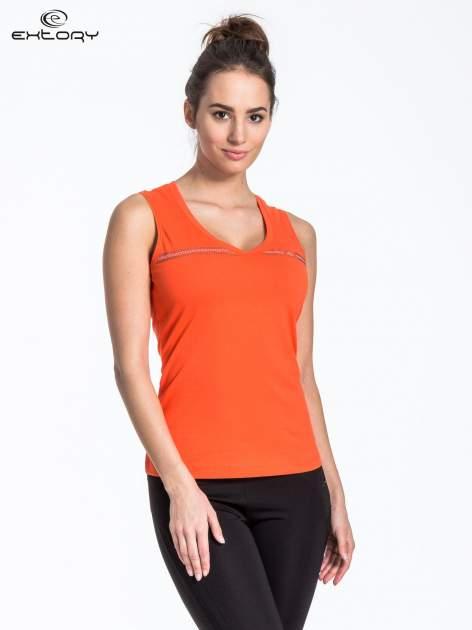 Pomarańczowy t-shirt z poziomym nadrukiem na dekolcie