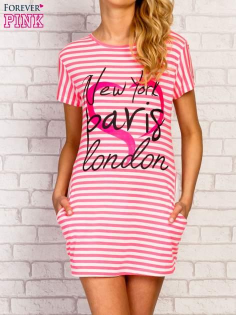Różowa sukienka w paski z napisem NEW YORK PARIS LONDON