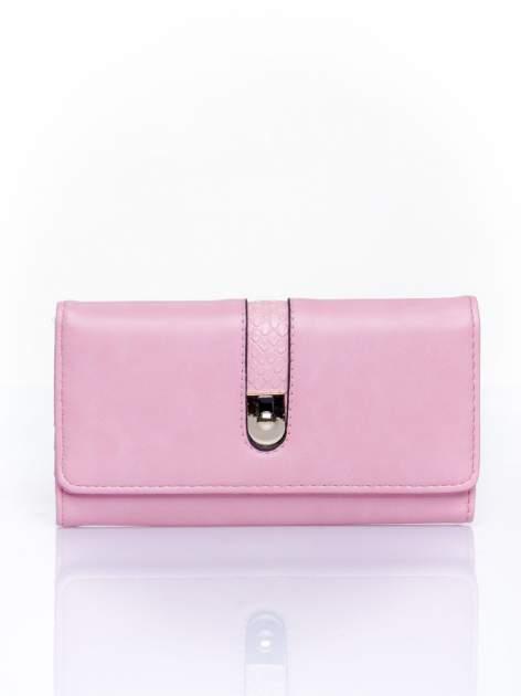Różowy portfel ze złotym zapięciem