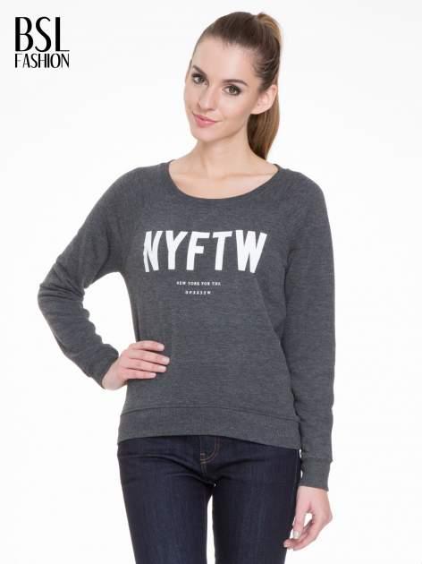Szara bluza z reglanowymi rękawami i napisem NYFTW