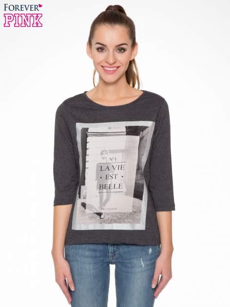 Szara bluzka w stylu fashion z nadrukiem LA VIE EST BELLE