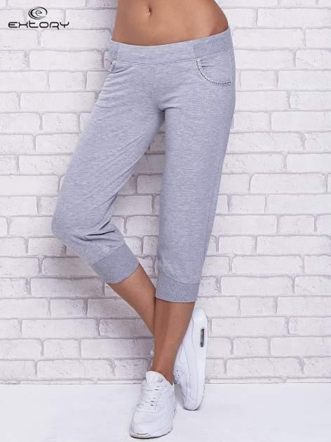 Szare spodnie capri z ozdobnymi dżetami