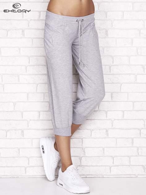Szare spodnie dresowe capri z aplikacją przy kieszeniach