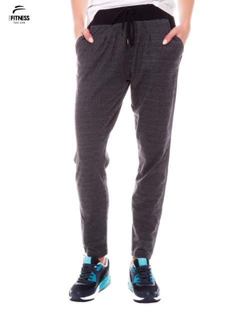 Szare spodnie dresowe z nogawką slim ściągane w pasie troczkami