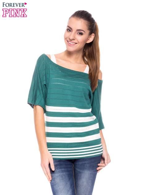 Zielony sweter w paski z szerokim dekoltem
