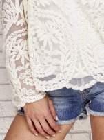 Beżowy ażurowy sweterk mgiełka z rozszerzanymi rękawami