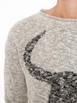 Beżowy melanżowy sweter z nadrukiem bawoła