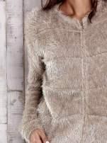 Beżowy puszysty sweter zapinany na suwak