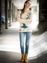 Beżowy sweter z jelonkiem i efektem destroyed