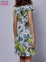 Biała rozkloszowana sukienka z krótkim rękawem w zielone kwiaty