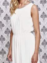 Biała sukienka maxi z biżuteryjnym dekoltem
