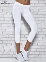 Białe legginsy sportowe z dżetami na dole nogawki
