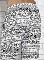 Białe zwiewne spodnie alladynki we wzór aztecki