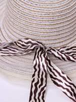 Biały kapelusz z dużym rondem i wstążką animal print