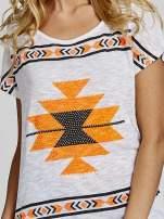Biały t-shirt we wzory azteckie z dżetami