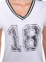 Biały t-shirt z numerem i sportową lamówką w stylu college