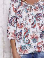 Bluzka w roślinne wzory z troczkiem przy dekolcie