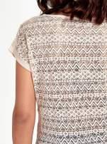 Brzoskwiniowy t-shirt z koronkowym tyłem i dżetami
